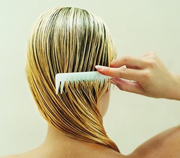 A la muchacha 3 años caen los cabellos
